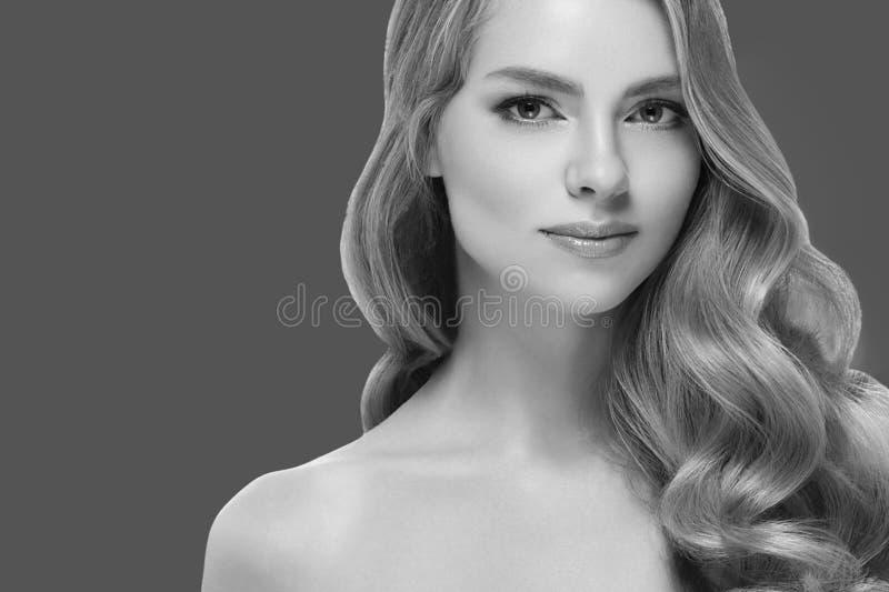 Portrait cosmétique de beauté de plan rapproché de femme Au-dessus du fond bleu de couleur images stock