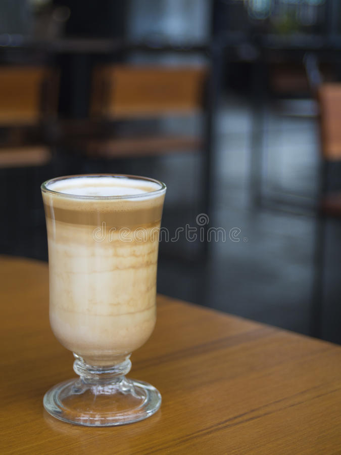 Download Portrait Courbe D'un Verre De Latte Image stock - Image du caféine, mousse: 87706947