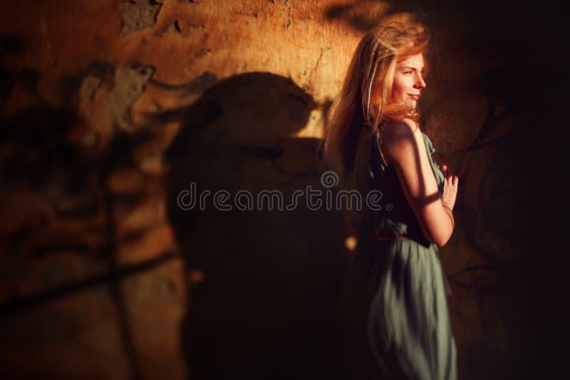 Portrait créatif de jeune femme près de mur photographie stock libre de droits