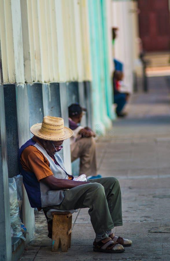 Portrait cubain pauvre de capture de vieil homme dans l'allée colorée traditionnelle avec la vieille maison coloniale, à vieille  image libre de droits