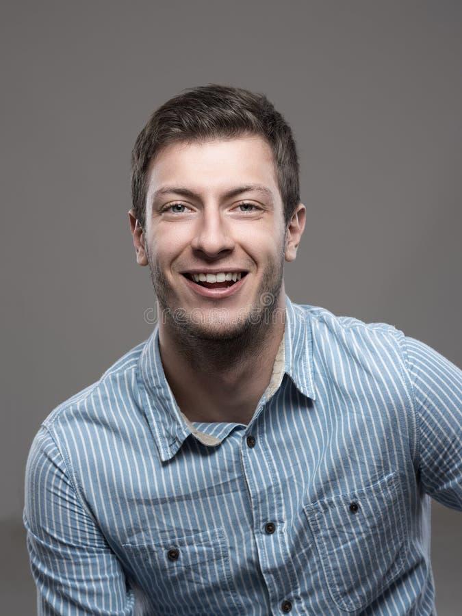 Portrait déprimé de CEO réussi sûr dans le sourire bleu de chemise photos stock
