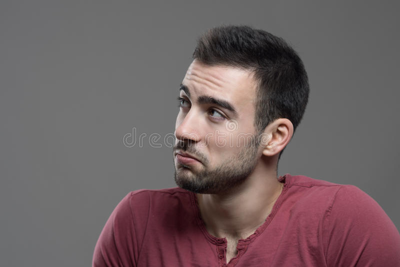 Portrait déprimé du visage masculin boudant désintéressé regardant l'espace de copie images stock