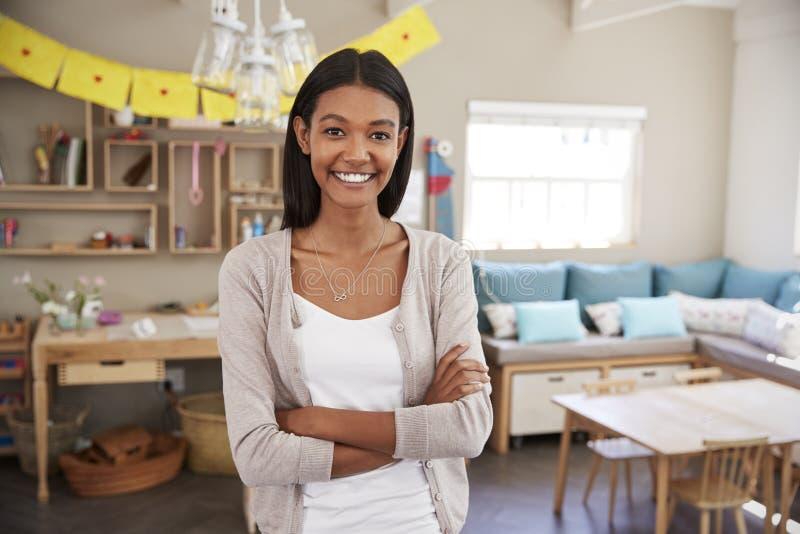 Portrait d'école d'In Classroom At Montessori de professeur féminin images stock