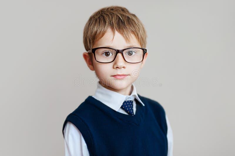 Portrait d'écolier avec des verres sur le fond blanc photographie stock libre de droits