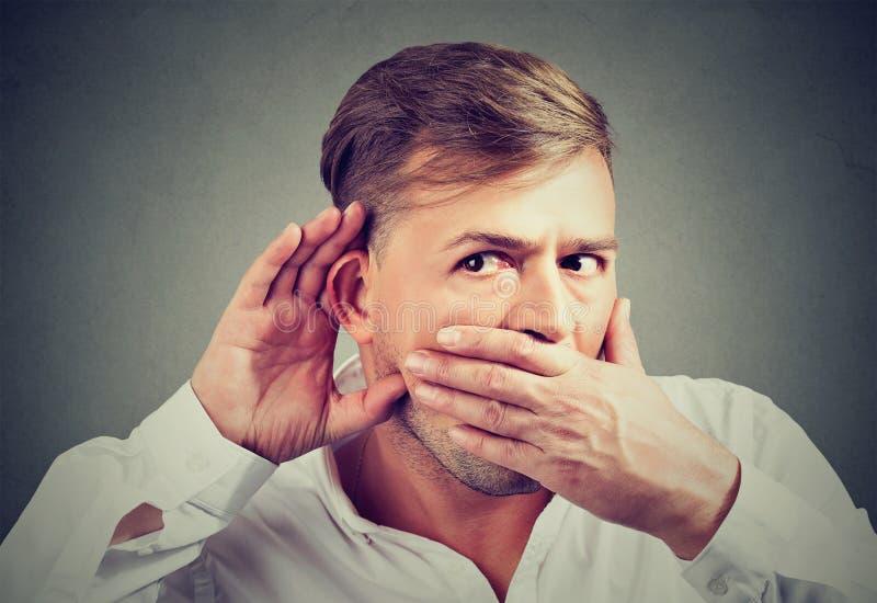 Portrait d'écouter un homme clandestinement de bavardage images libres de droits