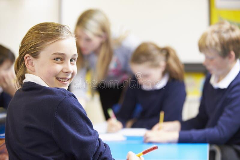 Portrait d'élève dans la salle de classe avec le professeur photos stock
