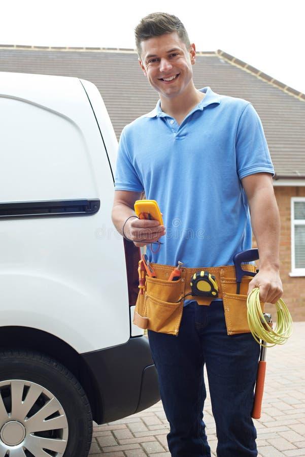 Portrait d'électricien With Van Outside House image stock