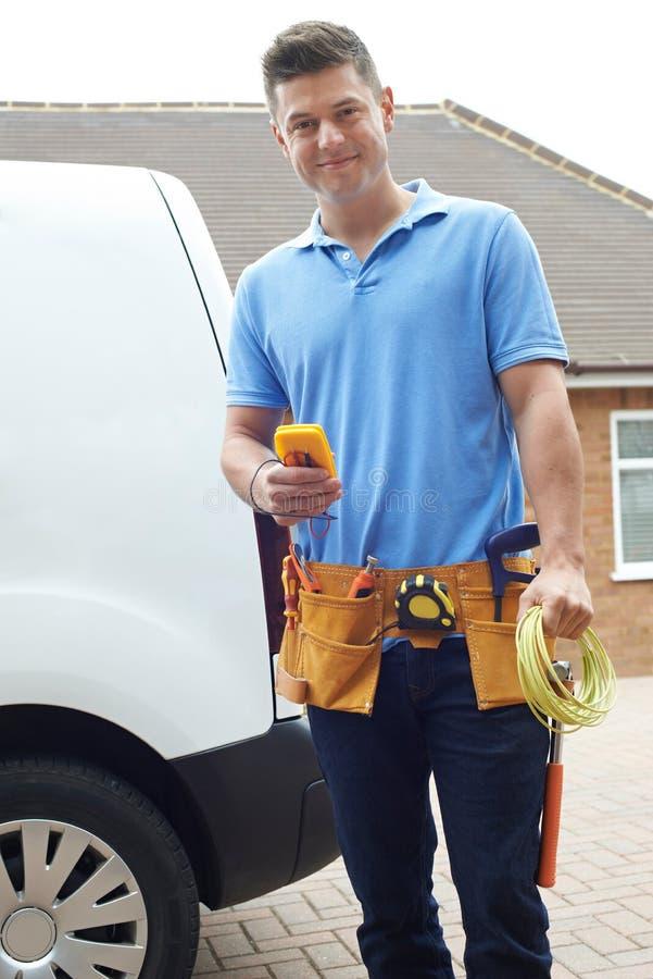 Portrait d'électricien With Van Outside House image libre de droits