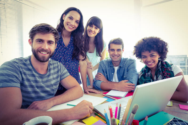 Portrait d'équipe créative heureuse d'affaires lors d'une réunion photos libres de droits