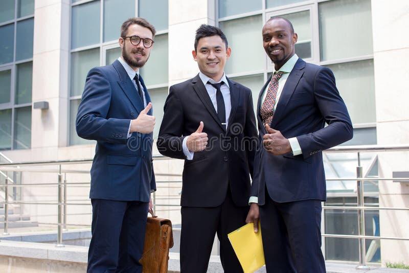 Portrait d'équipe d'affaires tenant leurs pouces  photos libres de droits