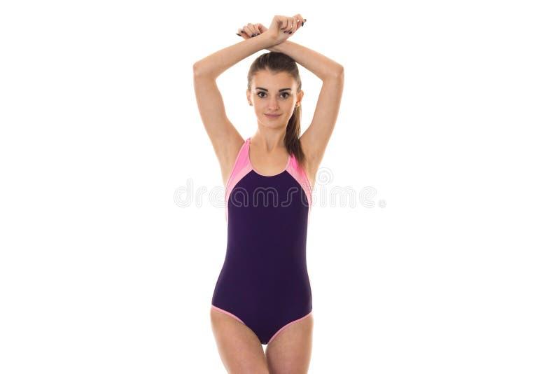 Portrait d'été de la jeune dame avec du charme dans la pose intégrale de maillot de bain d'isolement sur le fond blanc dans le st photographie stock libre de droits