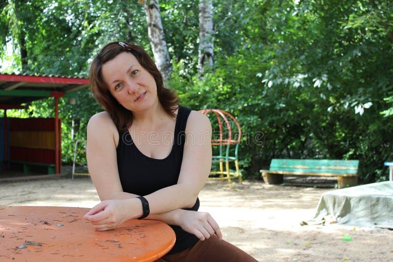 Portrait d'été d'une femme image stock