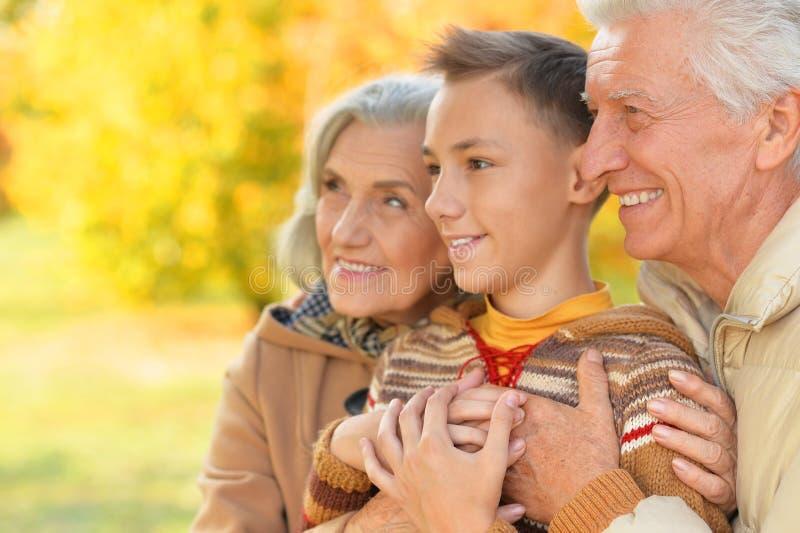 Portrait d'étreindre heureux de grand-père, de grand-mère et de petit-fils photos libres de droits