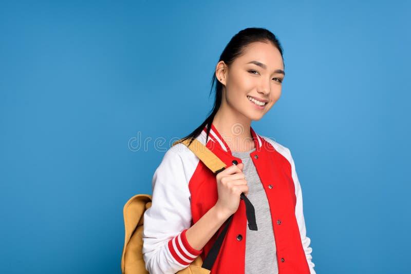 portrait d'étudiant asiatique de sourire avec le sac à dos photos libres de droits