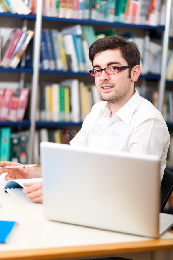 Portrait d'étudiant dans une bibliothèque photographie stock libre de droits
