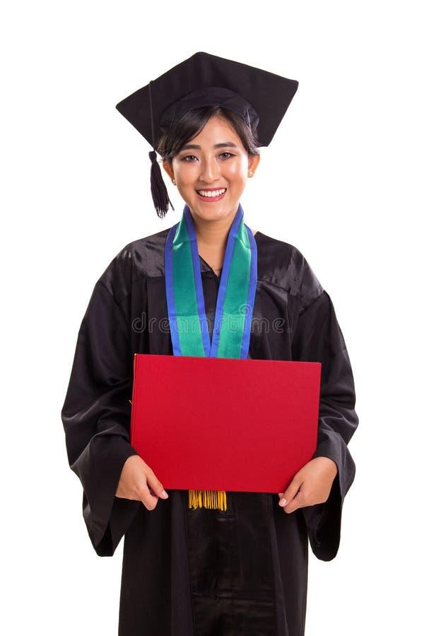 Portrait d'étudiant de graduation jugeant une plaquette d'isolement sur le blanc image libre de droits