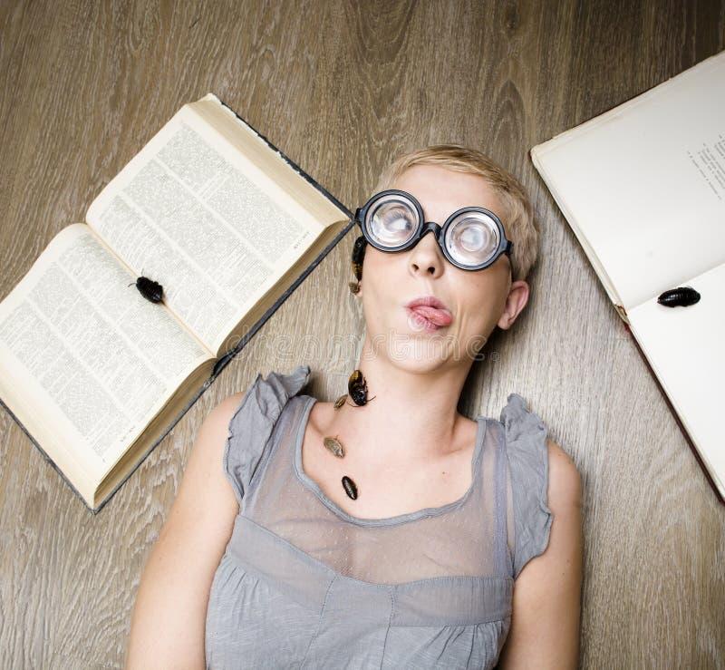 Portrait d'étudiant fol en verres avec des livres et des cancrelats photos libres de droits