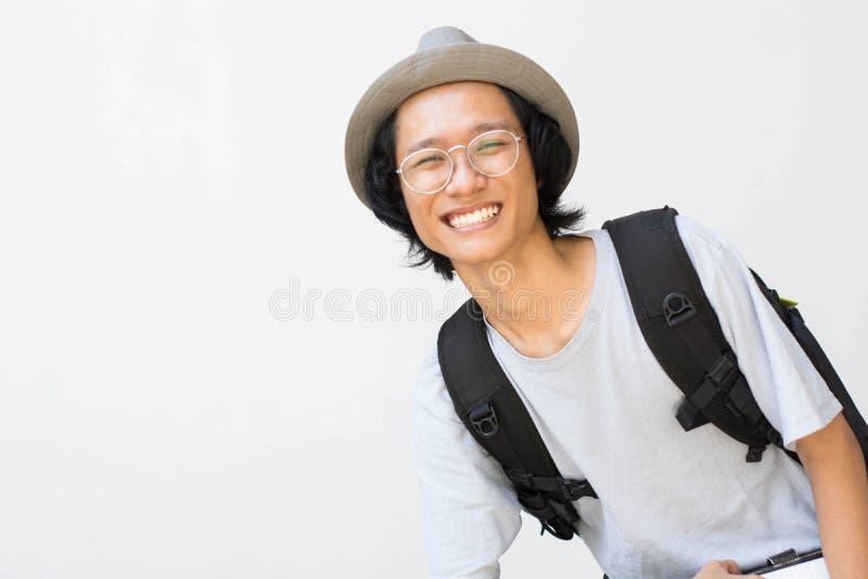 Portrait d'étudiant universitaire de sourire heureux avec le livre et de sac d'isolement sur le fond blanc images libres de droits