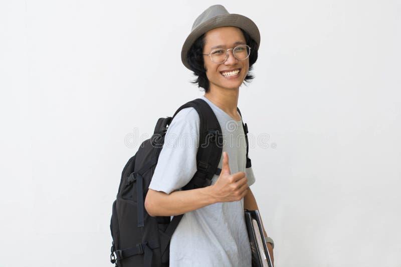 Portrait d'étudiant universitaire de sourire heureux avec le livre et de sac d'isolement sur le fond blanc photo libre de droits