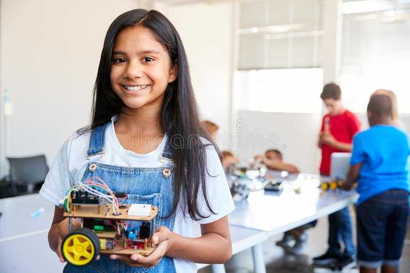 Portrait d'étudiante Building Robot Vehicle dedans après classe de codage d'ordinateur d'école image stock
