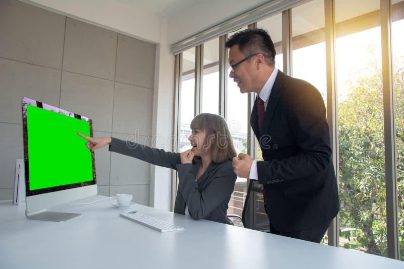 Portrait d'administrateur de la société donnant des leçons particulières au jeune assistant personnel de secrétaire, au meneur d' photographie stock libre de droits