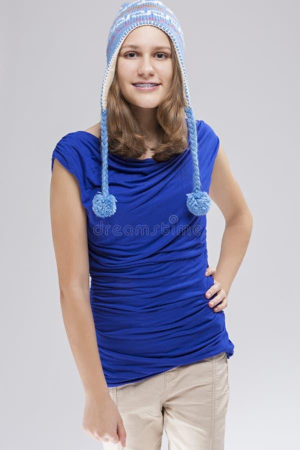 Portrait d'adolescent blond caucasien avec des parenthèses de dents images stock