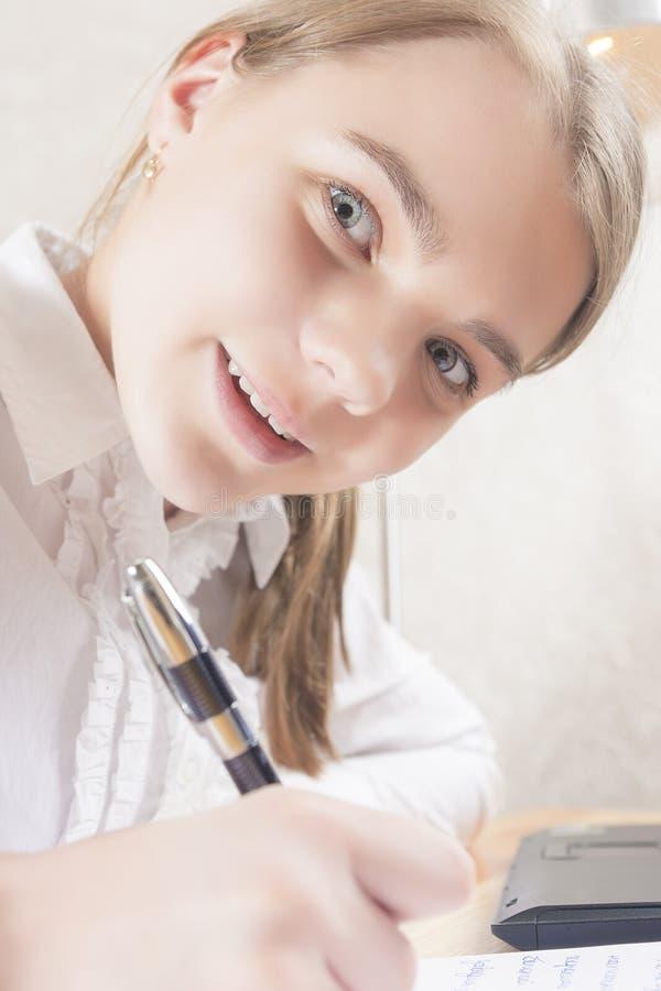 Portrait d'adolescent caucasien heureux Wrtiing image stock