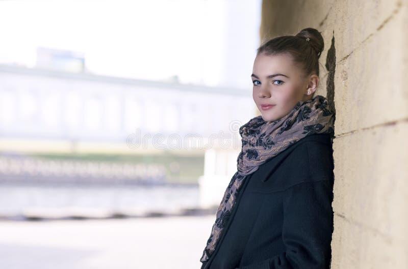Portrait d'adolescent féminin caucasien positif heureux et souriant image libre de droits