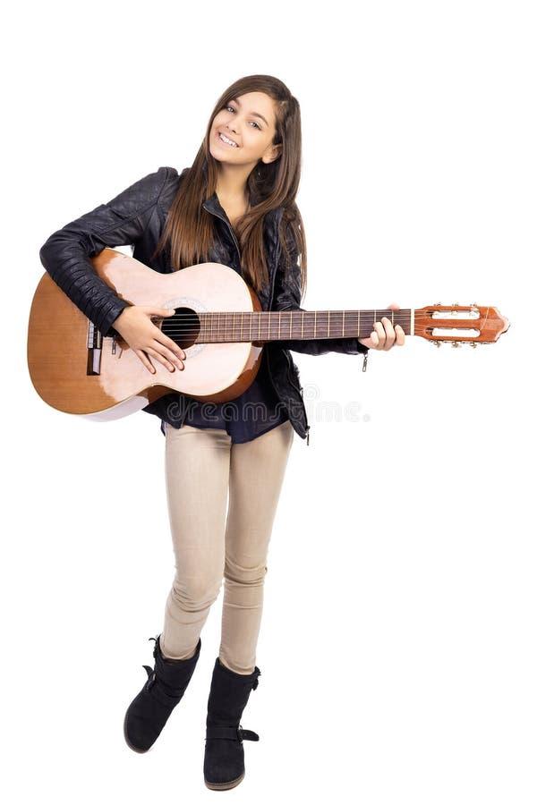 Portrait d'adolescent heureux jouant la guitare photographie stock libre de droits