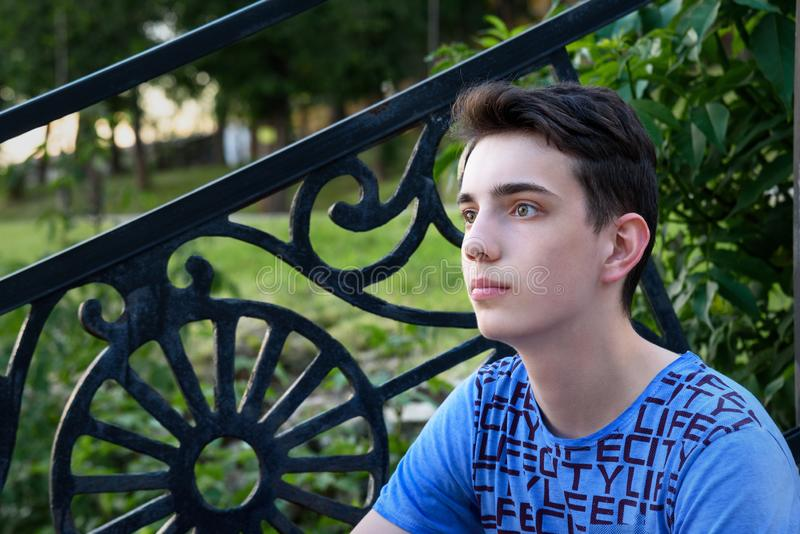Portrait d'adolescent sur la rue photos libres de droits