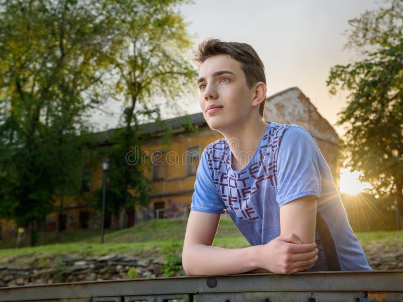 Portrait d'adolescent sur la rue image libre de droits