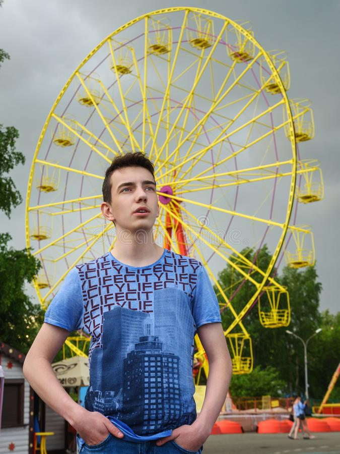 Portrait d'adolescent sur la rue images stock