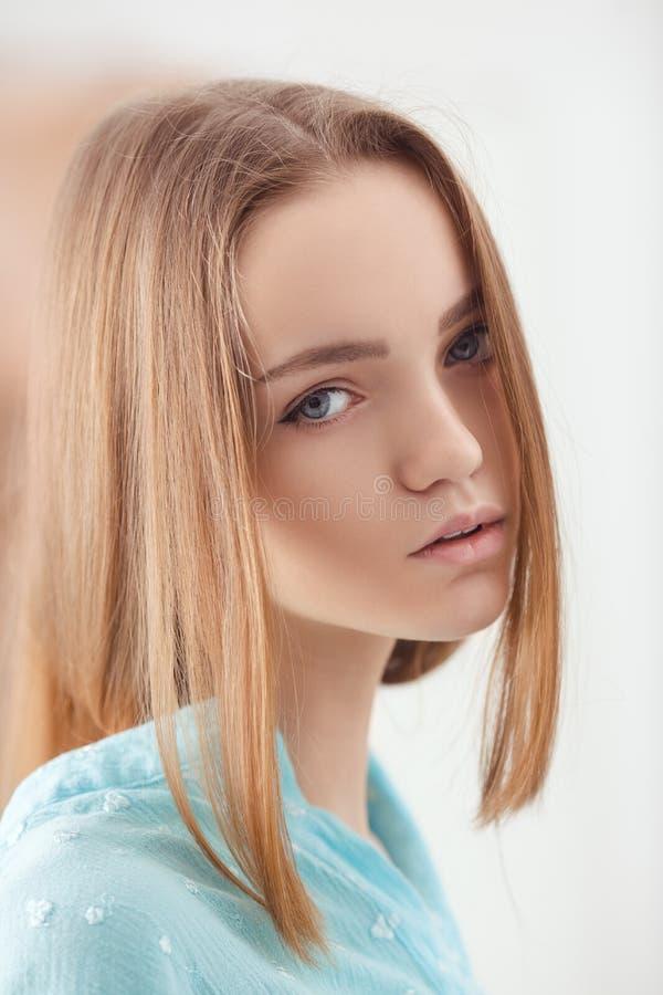 Portrait d'adolescente de blonde d'offre de jeunes photo libre de droits