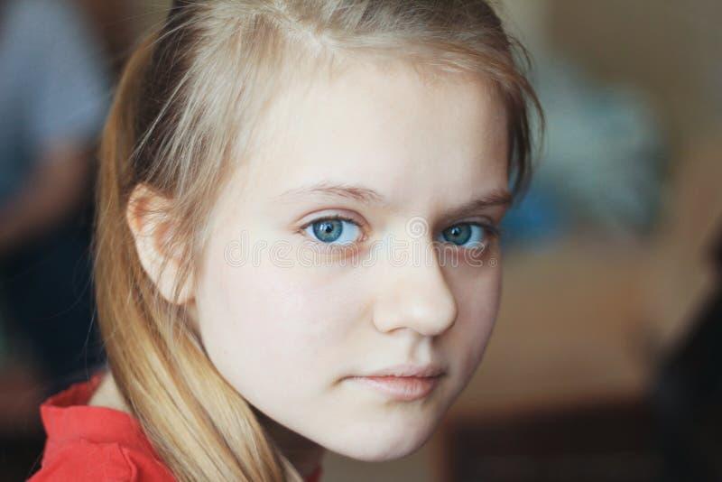 Portrait d'adolescente de fille à la maison - des yeux bleus des cheveux blonds femelles photographie stock libre de droits