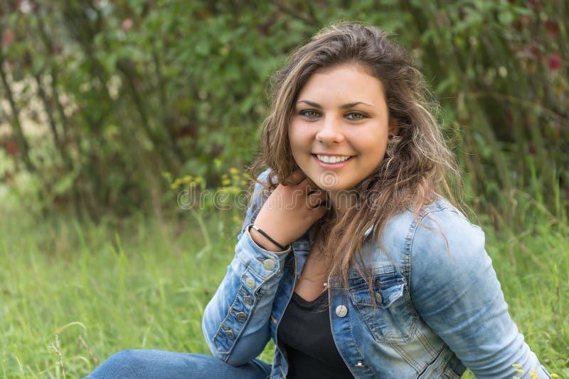 Portrait d'adolescente riante dehors images libres de droits