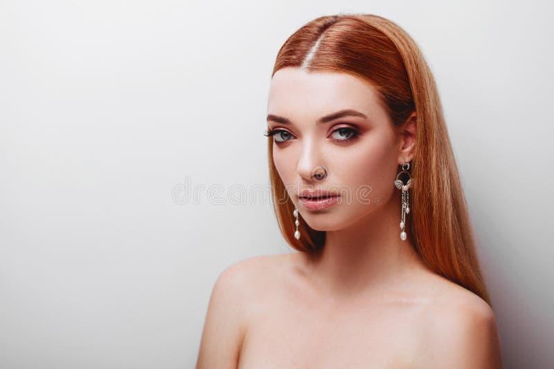 Portrait d'adolescente rousse d'offre de jeunes photographie stock