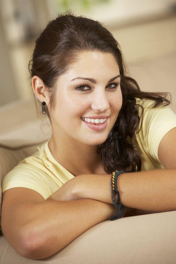 Portrait d'adolescente se reposant sur Sofa At Home image stock