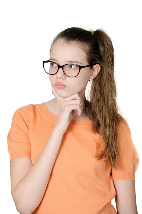 Portrait d'adolescente songeuse avec du charme sur le fond blanc images libres de droits