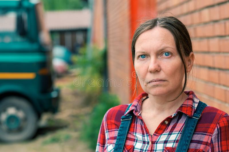 Portrait d'agriculteur féminin à la ferme photographie stock libre de droits