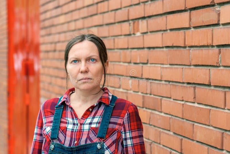 Portrait d'agriculteur féminin à la ferme images libres de droits