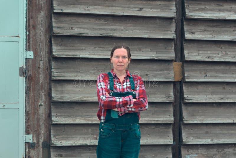 Portrait d'agriculteur f?minin devant le hangar de ferme photographie stock