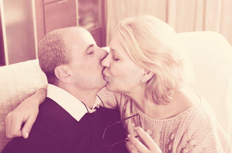 Portrait d'aimer les conjoints pluss âgé photo stock