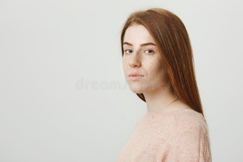 Portrait d'amie rousse avec du charme avec les taches de rousseur mignonnes se tenant dans le profil tout en se tournant vers l'a photo stock