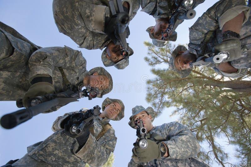 Portrait d'angle faible des soldats armés photos libres de droits