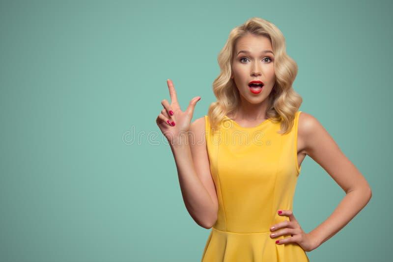 Portrait d'art de bruit de belle femme dirigeant le doigt sur le copyspace photo stock