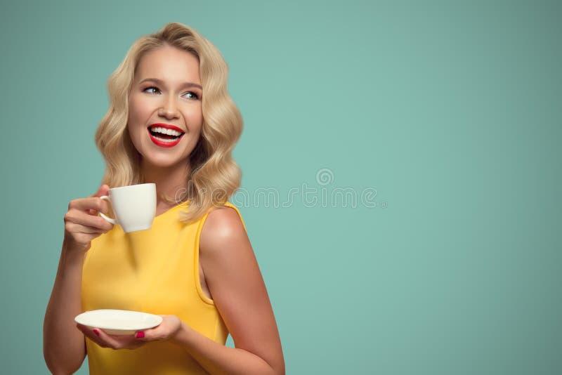 Portrait d'art de bruit de café potable de belle femme sur le dos de bleu image libre de droits