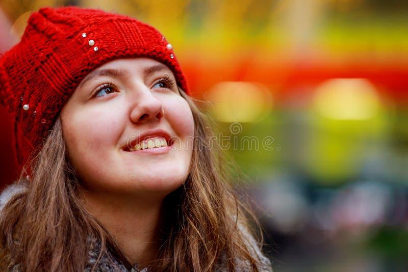 Portrait d'art d'une belle fille fille magnifique de brune, portrait dans la lumière abstraite de tache floue de lumières de vill images libres de droits