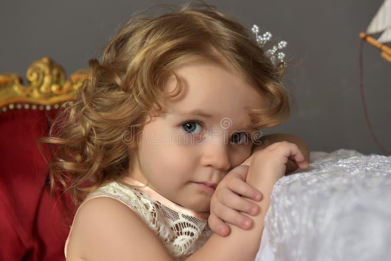 Portrait d'art d'une robe de port de princesse de fille assez petite photo libre de droits