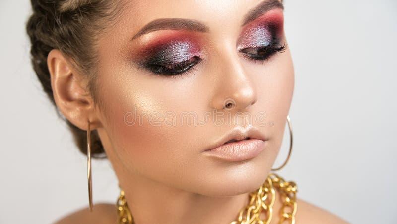 Portrait d'artiste de maquillage professionnel de belle fille de fille photographie stock libre de droits