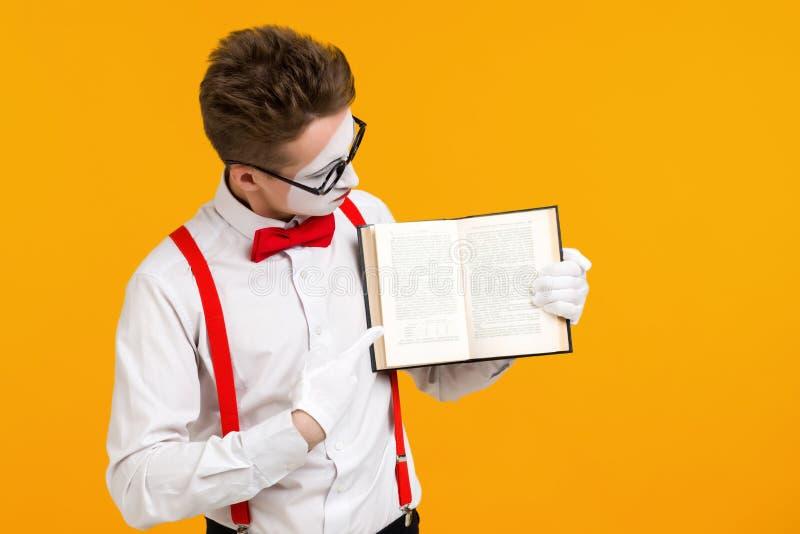 Portrait d'artiste d'homme de pantomime avec le livre photos libres de droits